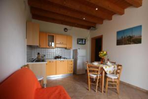 50.Appartamento arancio living